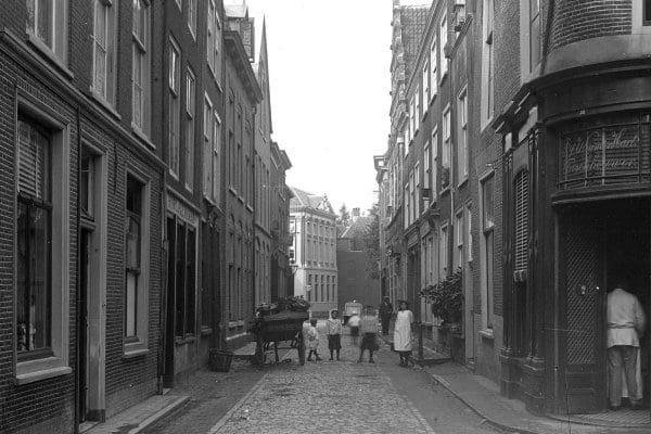 De Lokhorststraat gezien vanaf de Pieterskerkgracht rond 1880