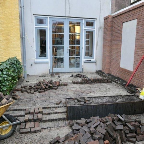 Er wordt gewerkt aan het terras van Hogewoerd 63.