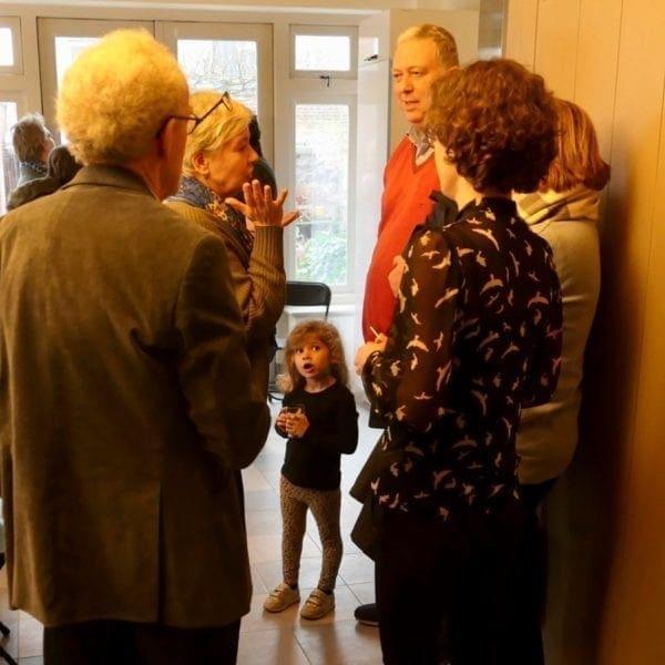 Buurtbewoners en andere betrokkenen kwamen kijken in Hogewoerd 63.