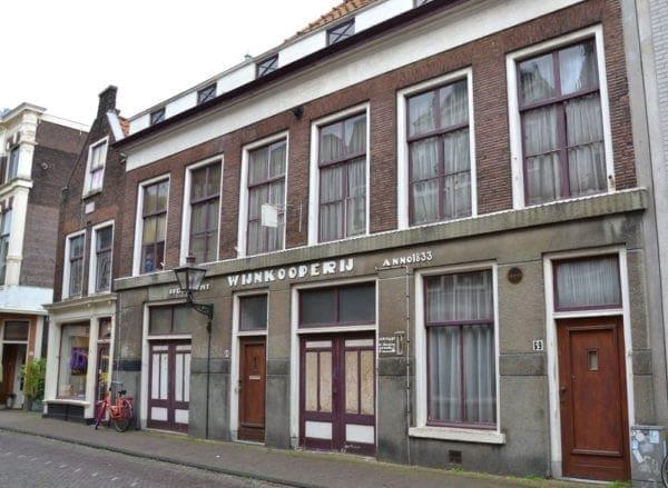 De voormalige wijnkoperij Hogewoerd 59-61 en het winkelpand Hogewoerd 63 in 2014