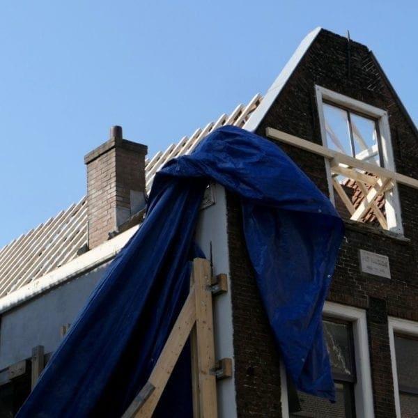 Het dak van Hogewoerd 63 heeft nieuwe daksporen gekregen.