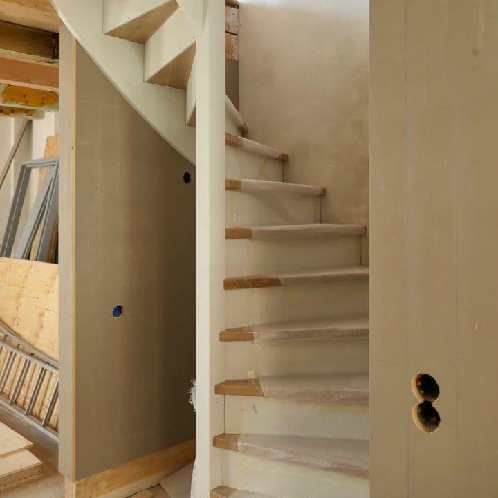 De trap van de begane grond naar de eerste verdieping