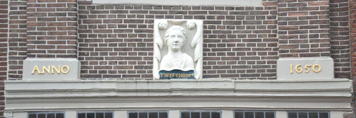 De gevelstenen boven de onderpui van Nieuwstraat 49