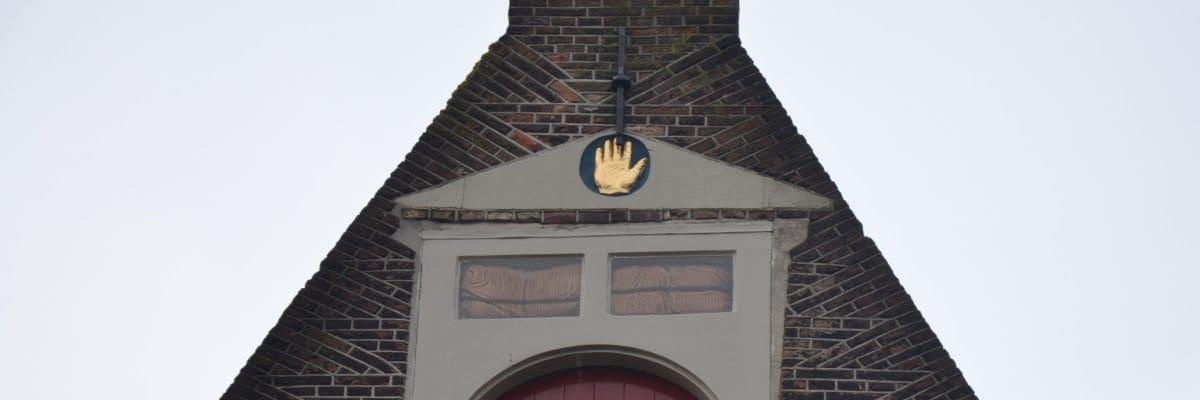De gevelsteen bovenaan de gevel van Nieuwstraat 49